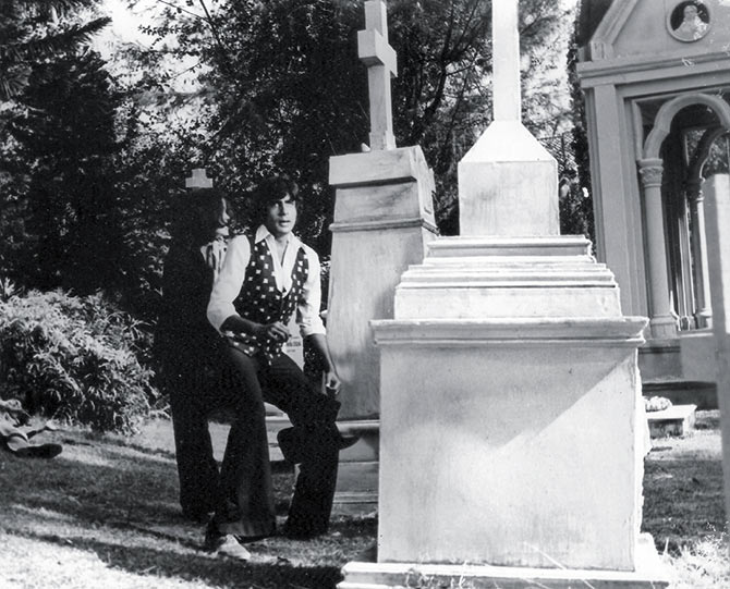 Zeenat Aman and Amitabh Bachchan in Don's graveyard scene