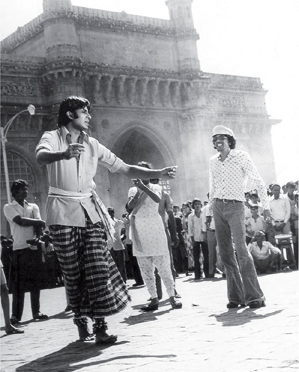 Amitabh Bachchan shooting for Yeh Hai Bambai Nagariya outside the Gateway of India with Chandra watching