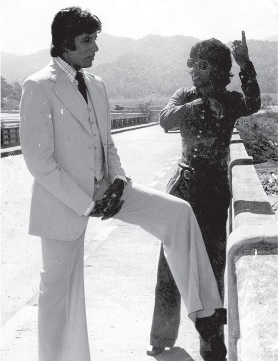 Amitabh Bachchan and Chandra Barot shooting a key scene on the Mumbai-Ahmedabad highway