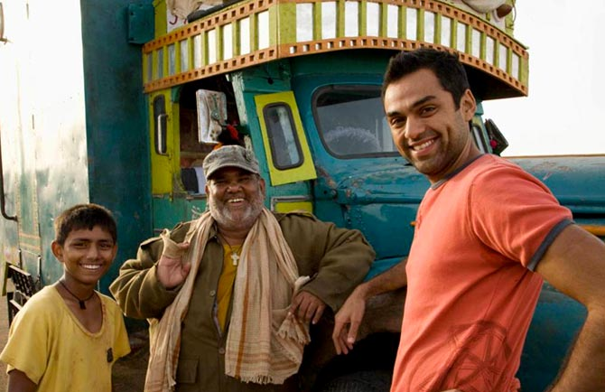 Mohammed Faisal, Satish Kaushik and Abhay Deol in Road, Movie