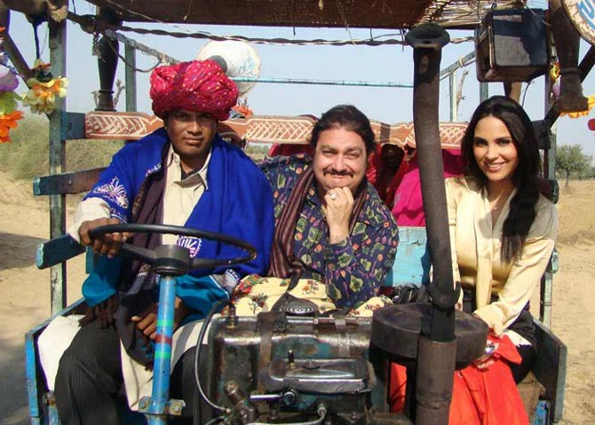 Lara Dutta and Vinay Pathak in Chalo Dilli