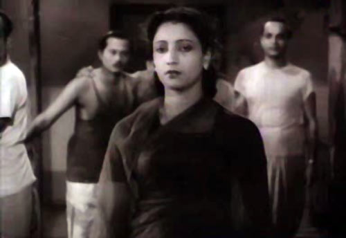 Suchitra Sen in Sharey Chuattor