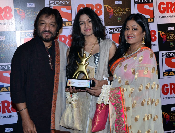 Roop Kumar Rathod with his daughter Reeva and wife Sonali
