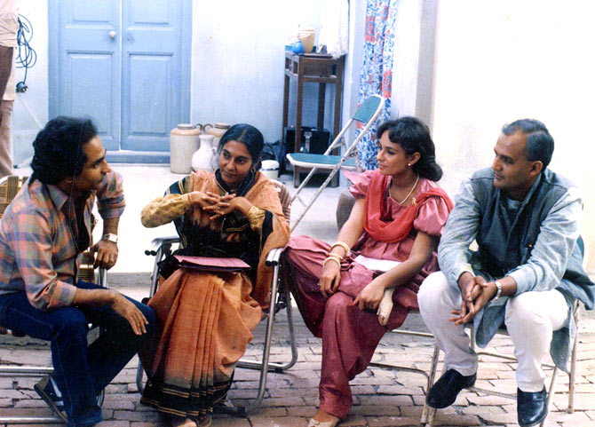 Ramesh Sippy, Anita Kanwar, Soni Razdan and Alok Nath on the sets of Buniyaad.