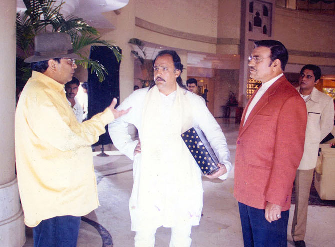 Subhash Ghai discusses a scene with Alok Nath and Amrish Puri on the sets of Taal.