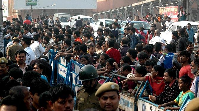 Fans at Suchitra Sen's funeral