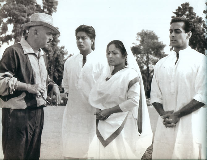 Rakesh Roshan with Shah Rukh Khan, Raakhee and Salman Khan on the sets of Karan Arjun