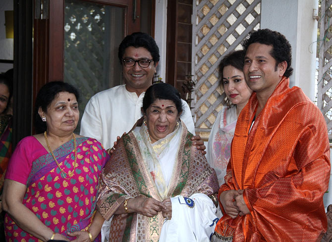 Kunda and Raj Thackeray, Lata Mageshkar, Priya and Sachin Tendulkar meet with Raj Thackeray