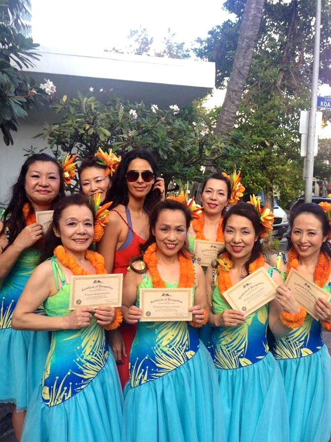 Mallika Sherawat with local Hawaiian girls