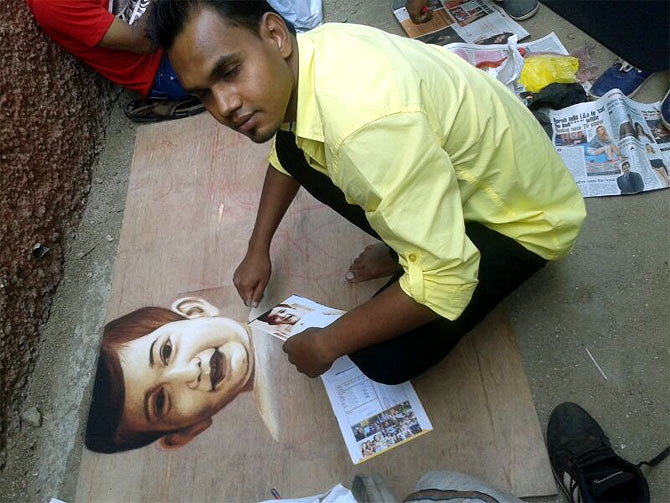 Rangoli maker Chandrakant Sahu, an Aamir fan, outside the actor's residence