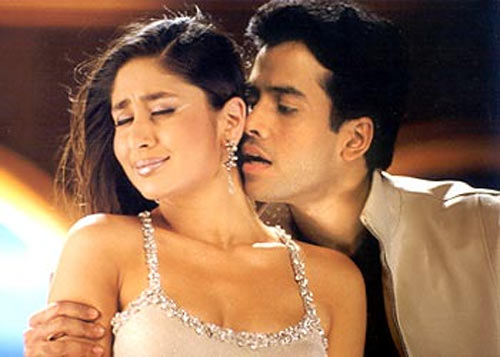 Kareena and Tusshar Kapoor in Mujhe Kucch Kehna Hai