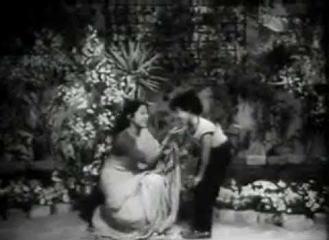 Nanda and Daisy Irani in Meethi Meethi Baaton Se Bachna Zara, Qaidi No 911