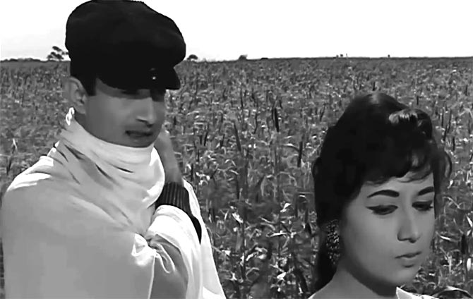 Dev Anand and Nanda in Likha Hai Teri Aankhon Mein Kiska Afsanaa from Teen Devian