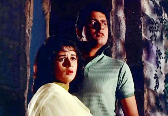 Nanda and Manoj Kumar in Gumnaam