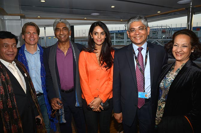 Ashok Amritraj (third from left) and Mallika Sherawat (centre)