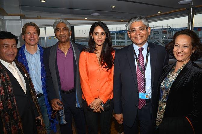 Ashok Amritraj (third from left) and Mallika Sherawat (centre)