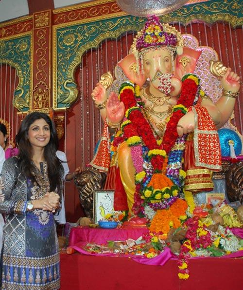 Current Bollywood News & Movies - Indian Movie Reviews, Hindi Music & Gossip - PIX: Shilpa Shetty visits Andhericha Raja