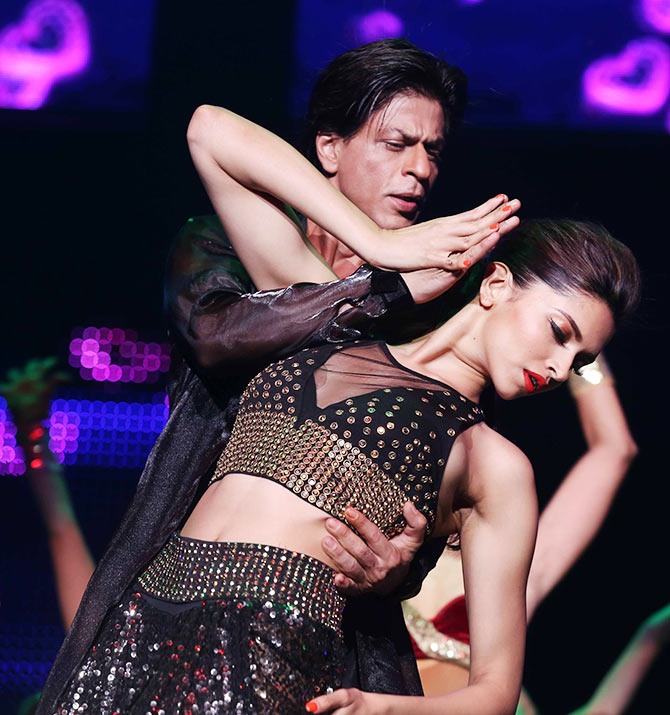 Current Bollywood News & Movies - Indian Movie Reviews, Hindi Music & Gossip - PIX: Shah Rukh, Deepika and Happy New Year team wow New Jersey