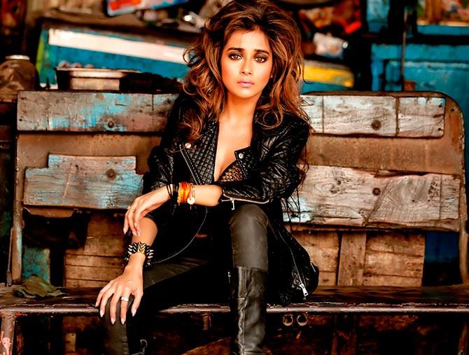 Current Bollywood News & Movies - Indian Movie Reviews, Hindi Music & Gossip - Books Tina Dutta, Riddhi, Rashmi Desai LOVE to read!