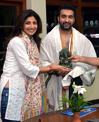 Current Bollywood News & Movies - Indian Movie Reviews, Hindi Music & Gossip - PIX: Shilpa Shetty and family's holy visit to Mangalore
