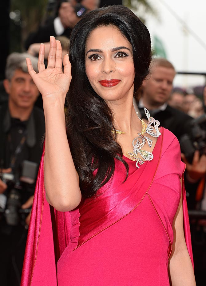 Current Bollywood News & Movies - Indian Movie Reviews, Hindi Music & Gossip - PIX: Mallika Sherawat arrives in Cannes