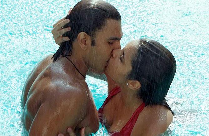 Parineeti chopra kiss video