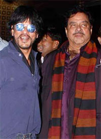 Current Bollywood News & Movies - Indian Movie Reviews, Hindi Music & Gossip - PIX: Shah Rukh, Shatrughan Sinha return from New Year holiday!