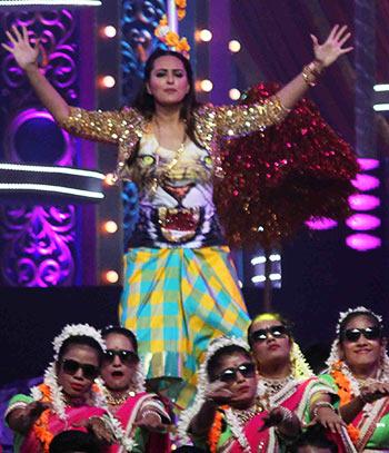 Current Bollywood News & Movies - Indian Movie Reviews, Hindi Music & Gossip - PIX: Ranveer, Sonakshi perform at Star Screen awards