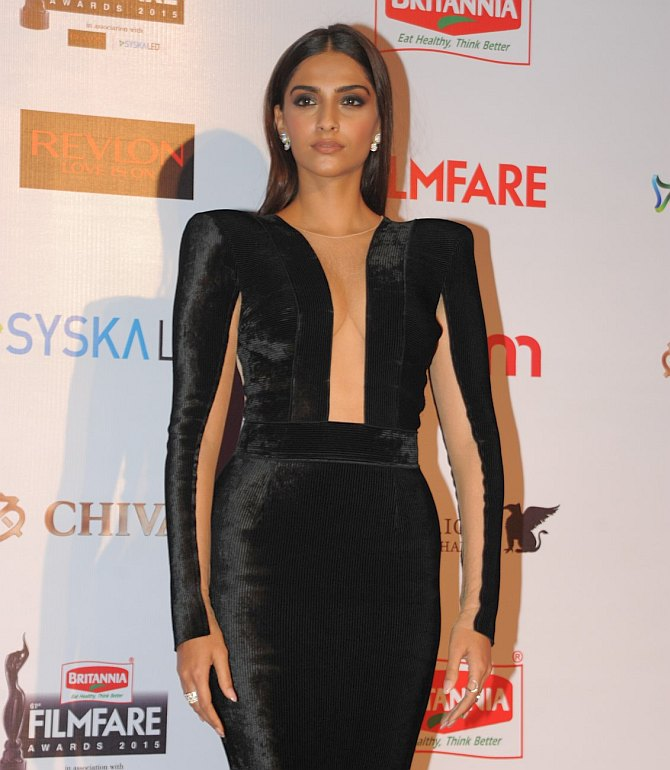 Current Bollywood News & Movies - Indian Movie Reviews, Hindi Music & Gossip - PIX: Sonam, Anushka, Ranveer attend Filmfare party