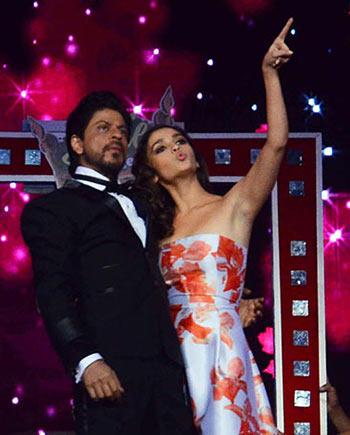 Current Bollywood News & Movies - Indian Movie Reviews, Hindi Music & Gossip - PIX: Shah Rukh Khan, Alia Bhatt perform at the Filmfare awards