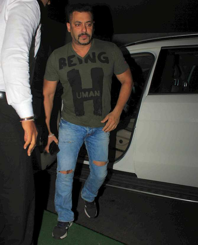 Current Bollywood News & Movies - Indian Movie Reviews, Hindi Music & Gossip - PIX: Salman watches Sultan with family, friends