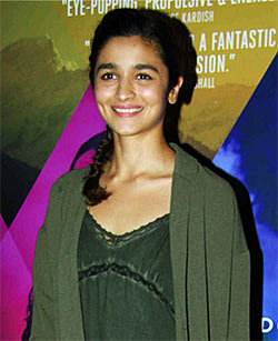 Current Bollywood News & Movies - Indian Movie Reviews, Hindi Music & Gossip - PIX: Alia Bhatt, Naseer watch M Cream