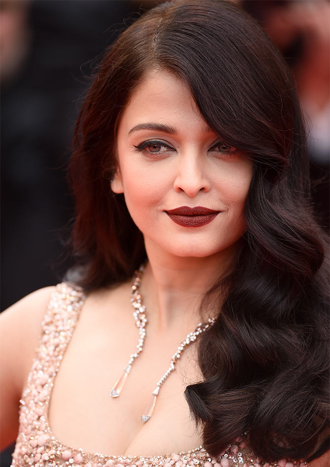 Current Bollywood News & Movies - Indian Movie Reviews, Hindi Music & Gossip - Cannes 2016: Aishwarya shines in gold...again!