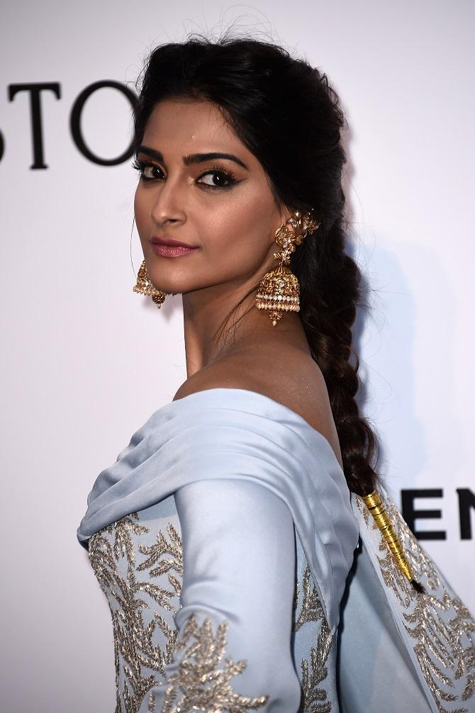 Current Bollywood News & Movies - Indian Movie Reviews, Hindi Music & Gossip - PIX: Sonam gives desi twist to her amfAR gala look