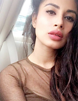 Current Bollywood News & Movies - Indian Movie Reviews, Hindi Music & Gossip - 'I need to be over dressed even while grocery shopping'