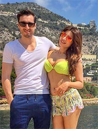 Current Bollywood News & Movies - Indian Movie Reviews, Hindi Music & Gossip - PIX: Shama Sikander's EXOTIC holiday in France, Venice, Italy...