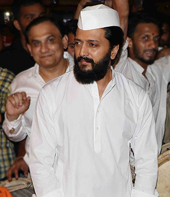Current Bollywood News & Movies - Indian Movie Reviews, Hindi Music & Gossip - PIX: Riteish Deshmukh visits Siddhivinayak Temple