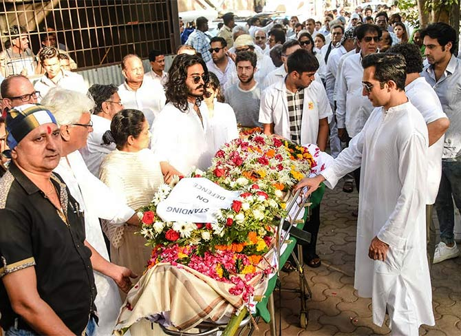 Vinod Khanna's younger son Sakshi, who performed the last rites, with his mother Kavita Khanna, eldest brother Rahul Khanna and other mourners.
