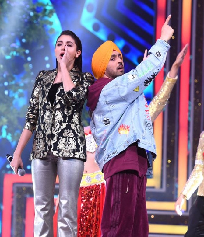 Current Bollywood News & Movies - Indian Movie Reviews, Hindi Music & Gossip - Inside pictures: Anushka, Diljeet Dosanj at Mirchi Music Awards