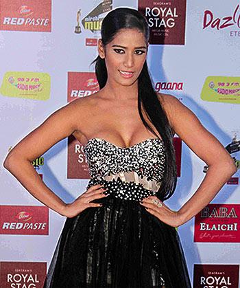 Current Bollywood News & Movies - Indian Movie Reviews, Hindi Music & Gossip - PIX: Poonam Pandey, Varun, Alia at Mirchi Music Awards