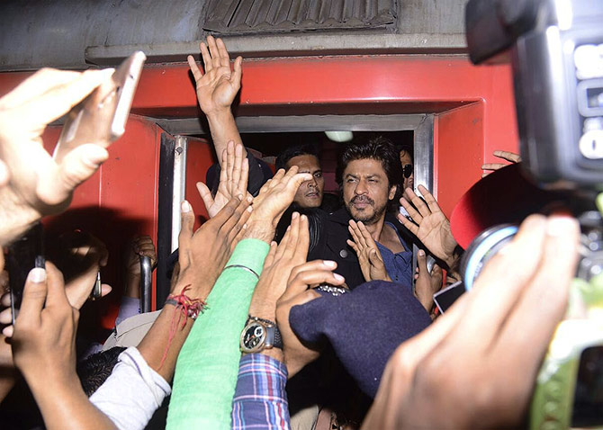 India News - Latest World & Political News - Current News Headlines in India - 1 dead in stampede after SRK fans mob Vadodara station