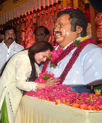 Current Bollywood News & Movies - Indian Movie Reviews, Hindi Music & Gossip - PIX: Jaya Prada pays her last respects to Dasari