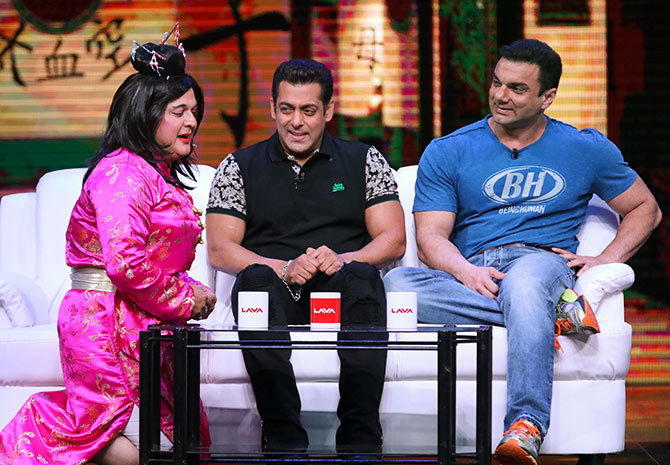 Current Bollywood News & Movies - Indian Movie Reviews, Hindi Music & Gossip - PIX: Salman, Sohail promote Tubelight on TV