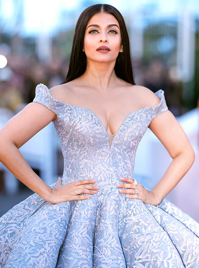 Current Bollywood News & Movies - Indian Movie Reviews, Hindi Music & Gossip - Cannes 2017: Aishwarya's fairy tale appearance