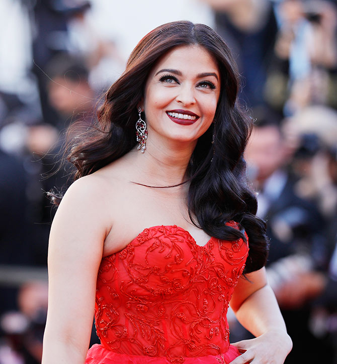 Current Bollywood News & Movies - Indian Movie Reviews, Hindi Music & Gossip - Aishwarya paints Cannes red!