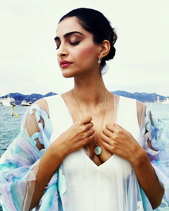 Current Bollywood News & Movies - Indian Movie Reviews, Hindi Music & Gossip - PIX: Style Diva Sonam impresses Cannes