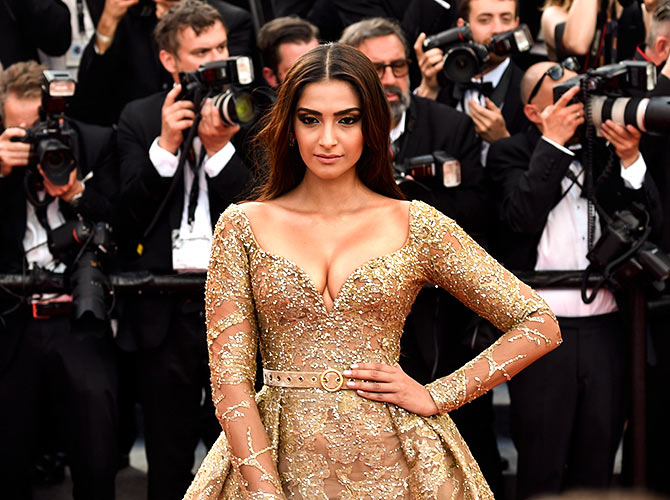 Current Bollywood News & Movies - Indian Movie Reviews, Hindi Music & Gossip - Cannes 2017: Sonam's golden glamour on display