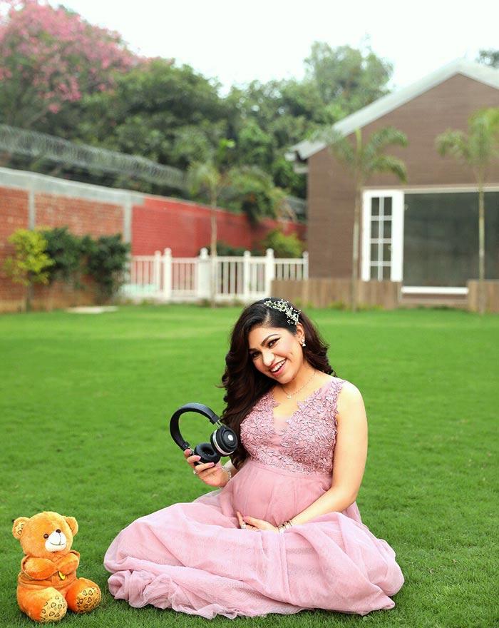 PIX: Tulsi Kumar shows off her baby bump