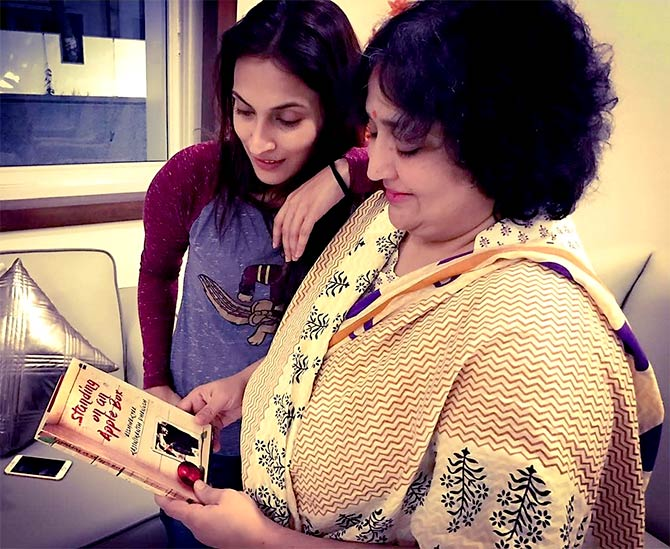 Aishwaryaa with her mother Latha Rajinikanth