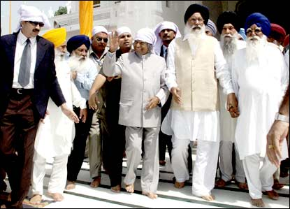 Kalam (3rd from right) waving to devotees at the Golden Temple